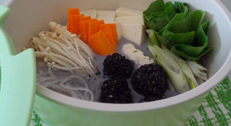 アンチエイジング・美肌作りにおすすめの薬膳レシピ 『黒ゴマ団子の豆乳鍋』